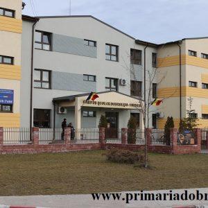 Profesorii din Dobroești le-au inmanat personal bursele elevilor